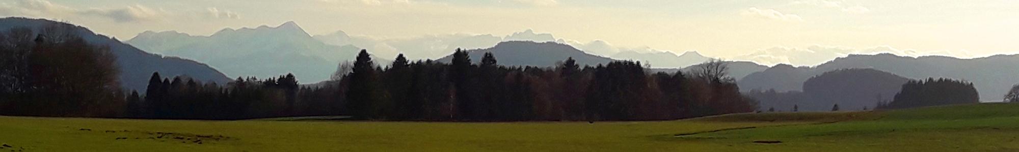Kaerntnerische Landschaft mit Karawanken im Hintergrund